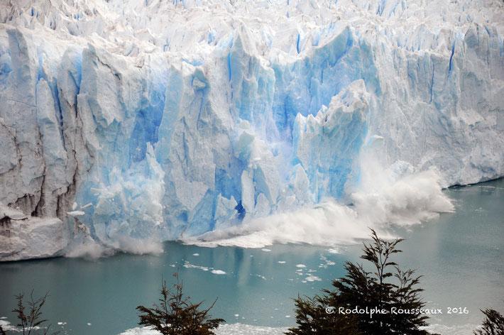 Photo d'un glacier en Argentine, un gros bloc de glace est en train de se détacher et de plonger dans l'eau