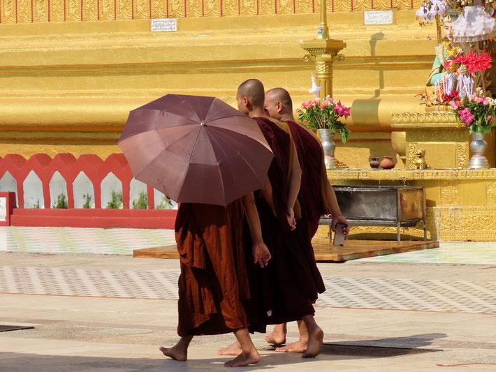 Mönche in der Shwemawdaw Pagode in Bago