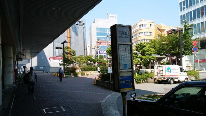 タクシー乗り場も通り過ぎます。