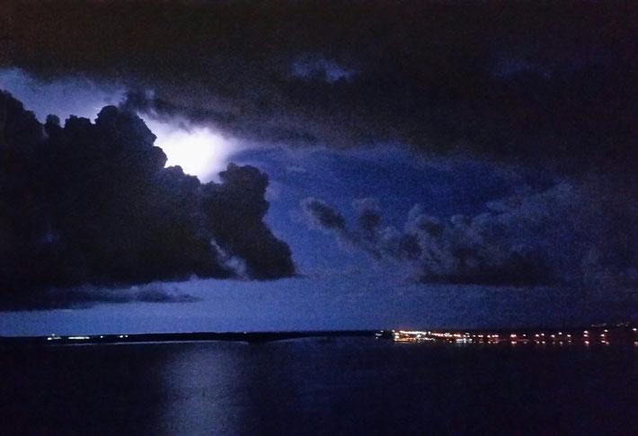 Non, ce n'est pas la lune, mais bien un éclair qui illumine la baie.
