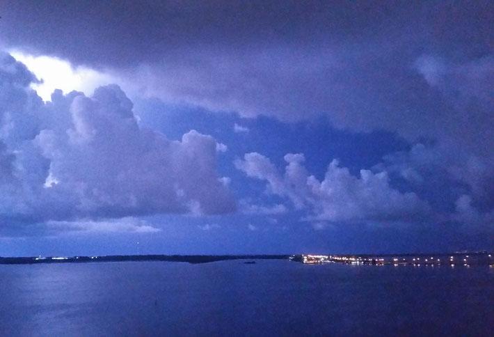 Éclair irradiant de lumière la baie.