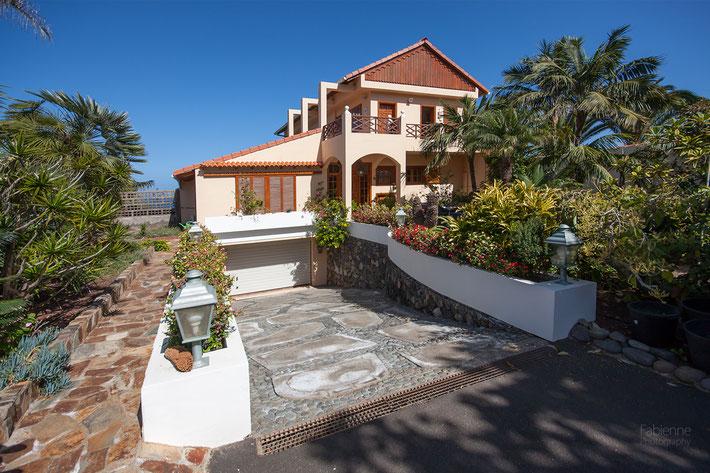 Ansicht der erstklassigen Villa mit privaten Zugang zum Meer bei Icod de los Vinos auf Teneriffa.