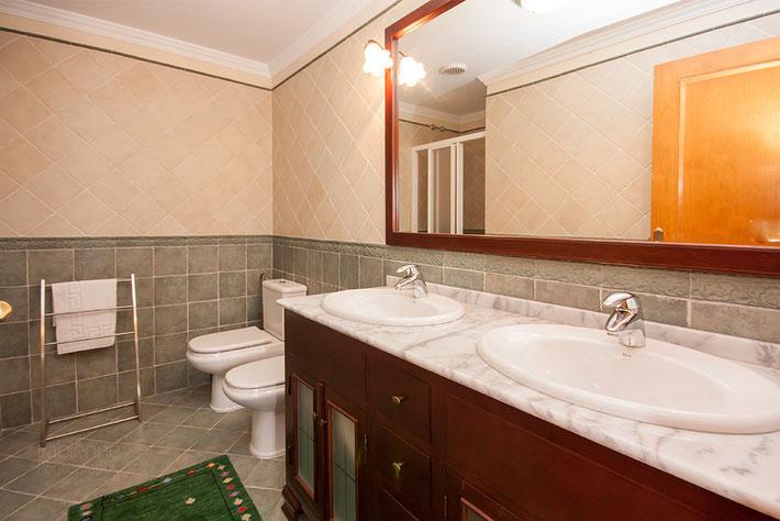 En-suite Bad mit Doppelwaschbecken