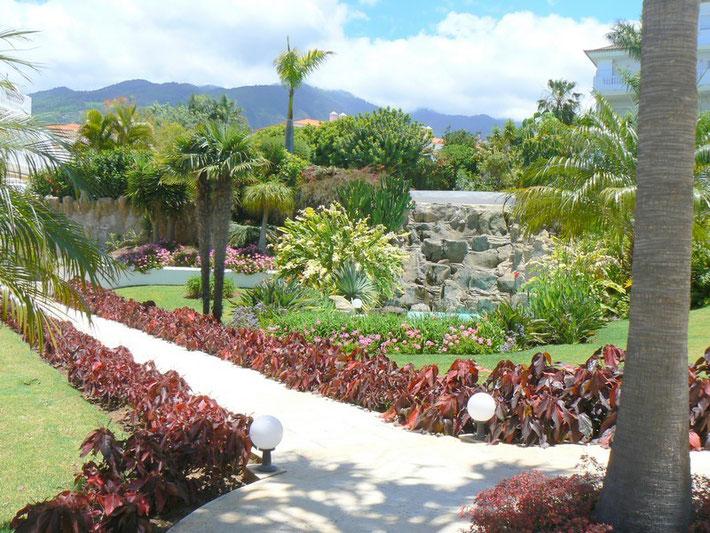 Gartenanlage mit Wasserfall