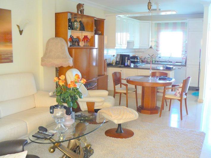 Wohn und Essbereich mit Blick auf die Küche