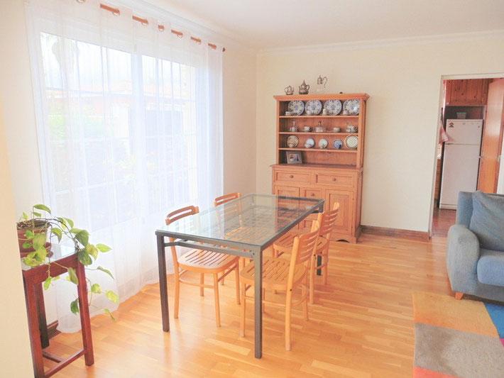 Esszimmer  mit Esstisch und Schrank