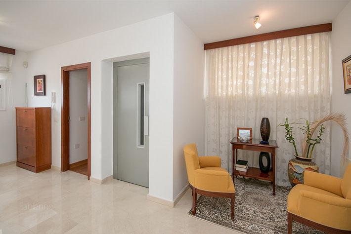 Sitzecke in der Galerie, Aufzug, Zugang ins 2. Schlafzimmer