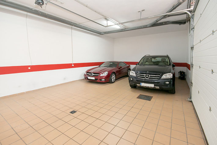 Garage bietet Platz für ca. 5 Autos
