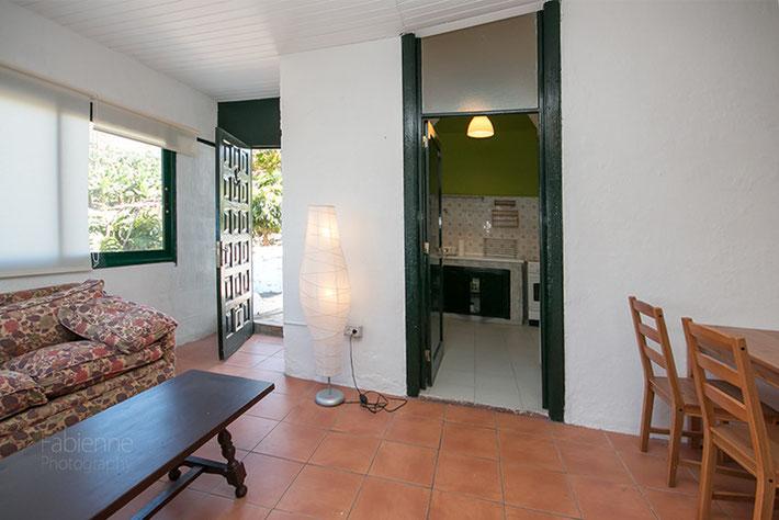 Blick in die Küche und zur Terrasse
