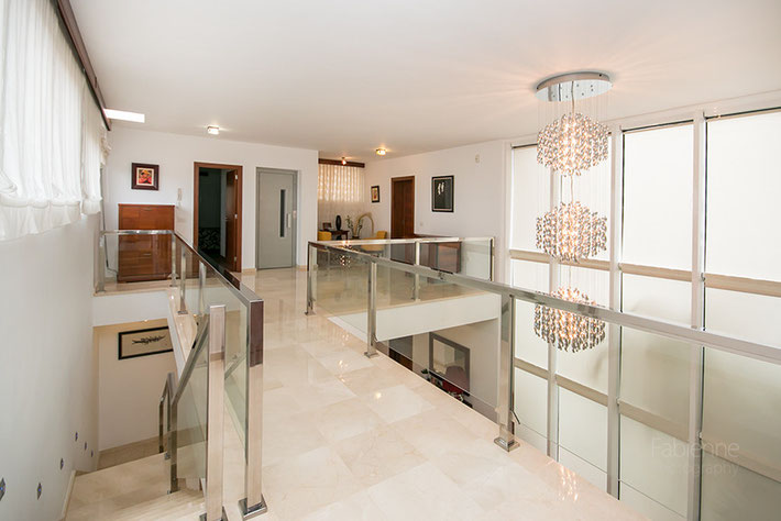 Treppen in den 1. Stock und Galerie