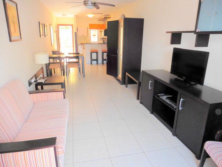 Blick auf Esszimmer und Küchenbereich