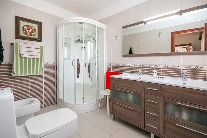 Edles en-suite Badezimmer des Masterschlafzimmers