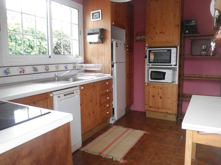 Küche mit Mikrowelle und Grillofen.