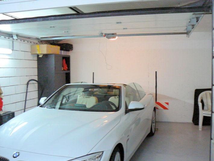 Eigene Garage mit elektrischem Garagentor