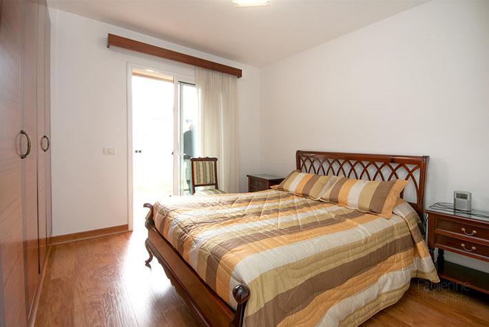 5. Schlafzimmer mit Doppelbett, Einbauschrank, Bad und Zugang zur Terrasse