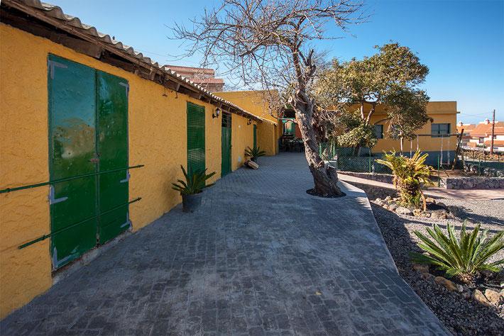Terrasse vor der Bodega und Stall