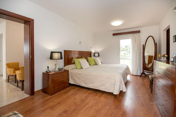Hauptschlafzimmer mit Ankleidebereich und Badezimmer