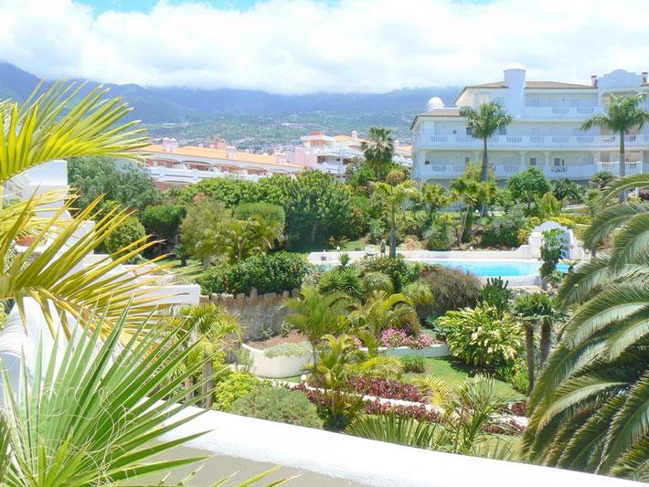Blick vom der Eigentumswohnung in die Gartenanlage mit Pool