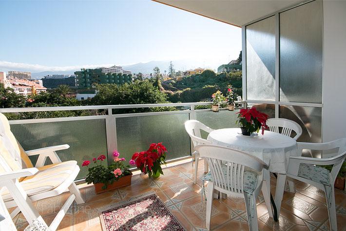 Blick von der Terrasse in die grüne Umgebung vom Apartment .