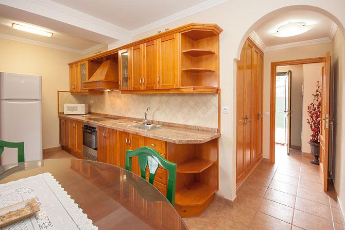 Moderne Küchenzeile mit viel Stauraum
