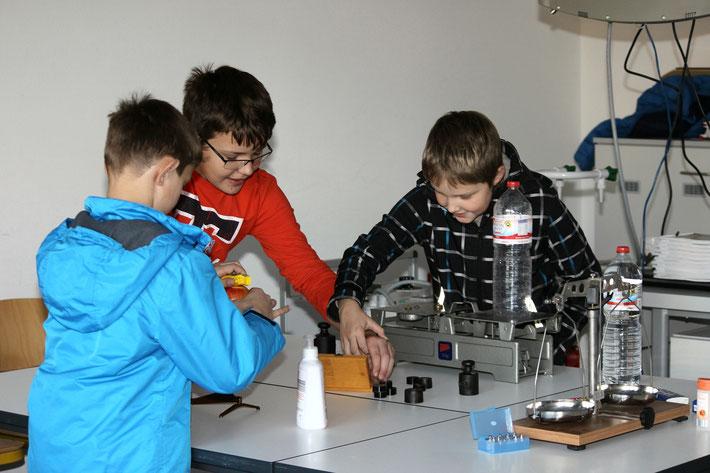 Spannende Experimente begeisterten die jungen Gäste ...