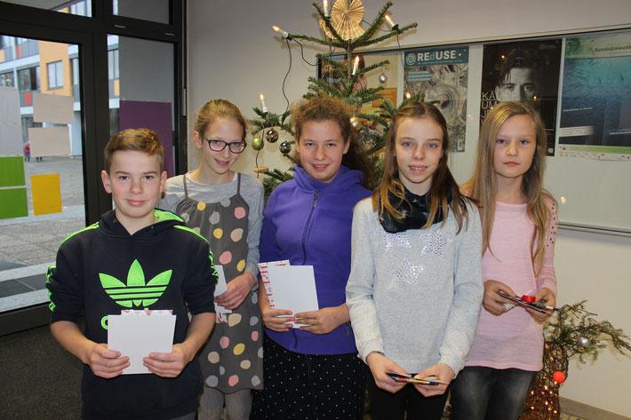 Die Klassenbesten: v.l. Samuel Werner (6H2), Lydia Kuhn (6R2), Lea Werwai (6R2), Schulsiegerin Mia Schicker (6R1), Mia Hahnenstein (6R1).