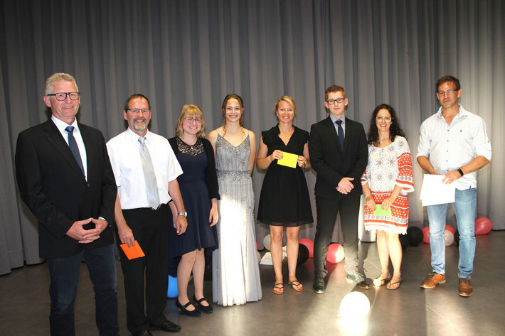 Wurden als Klassenbeste geehrt: Antonia Peter (3.v.l), Emelie Petri (10R2) und Elias Sommerfeld (10R1).