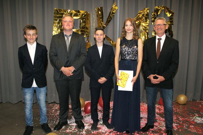 Die Klassenbesten: v.l.: Ben Müller (9H2), Mattis Bauer (9H1), Noah Schwehn (9H2), Carolina Schmehl (10R1) und Schulleiter Heiko Bickel