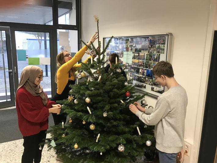 Schon ein Ritual in der Adventszeit ... Schüler unserer Schüler schmücken den Weihnachtsbaum im Flur der Verwaltung. Diesmal dürfen wir uns bei Amine, Nathalie, Till und Yannik bedanken.