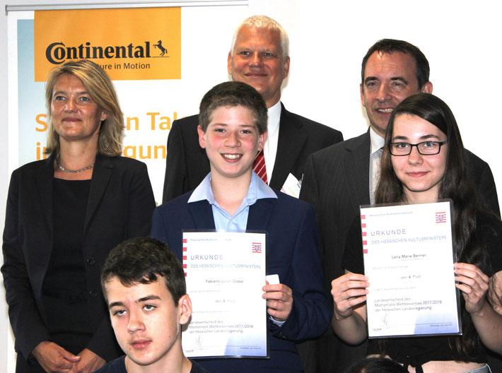 Fabiano Göbel (3. Platz) und Lena Benner wurden von Kultusminister Prof. Dr. Alexander Lorz (hintere Reihe rechts)