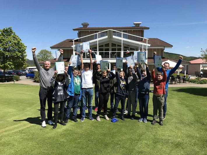Haben die Platzerlaubnisprüfung mit Erfolg abgeschlossen: Die Teilnehmer der Golf-AG mit Kursleiter Fabian Kreck (re) und Clubmanager Volker Jungbluth. (li).