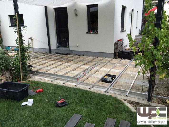 WPC Terrassendielen Alu Unterkonstruktion Streifenfundament Fundamentsteine in Schotter Kies Terrassenbelag Bambus WPC Dielen