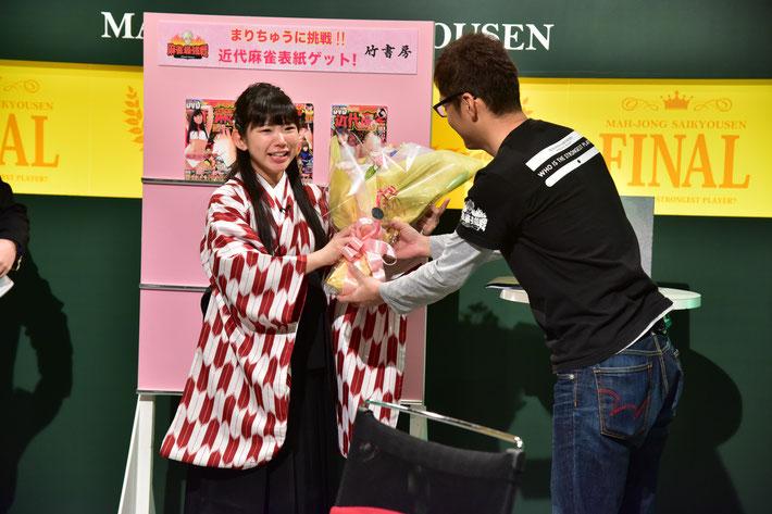1年間アシスタントを務めたまりちゅう(長澤茉里奈)に最後は編集長から花束が贈られた。