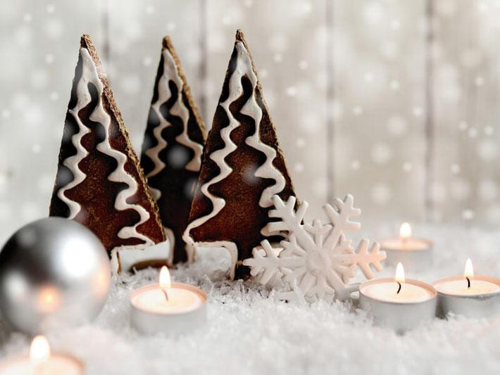 Tannenbaum-Plätzchen mit Weihnachtsdeko und Kerzen