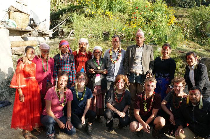 Unsere Praktikanten mit Dal's Familie und Tilak am Hauptdashain Feiertag mit dem traditionellen Tika