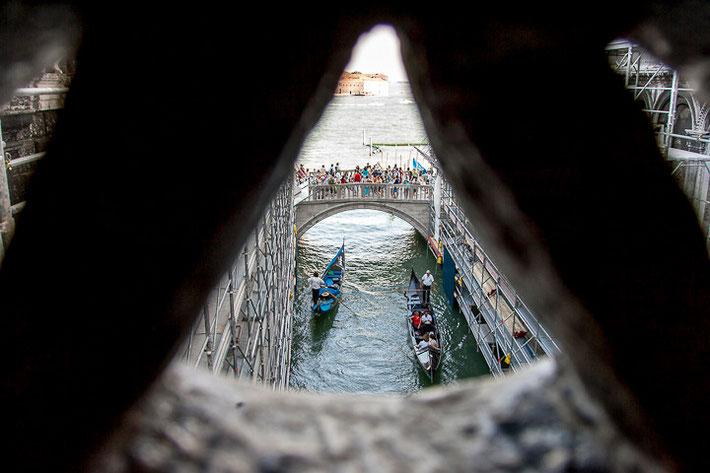 Blick vom Innenbereich der Seufzerbrücke (italienisch Ponte dei Sospiri) auf  die Brücke Ponte della Paglia.