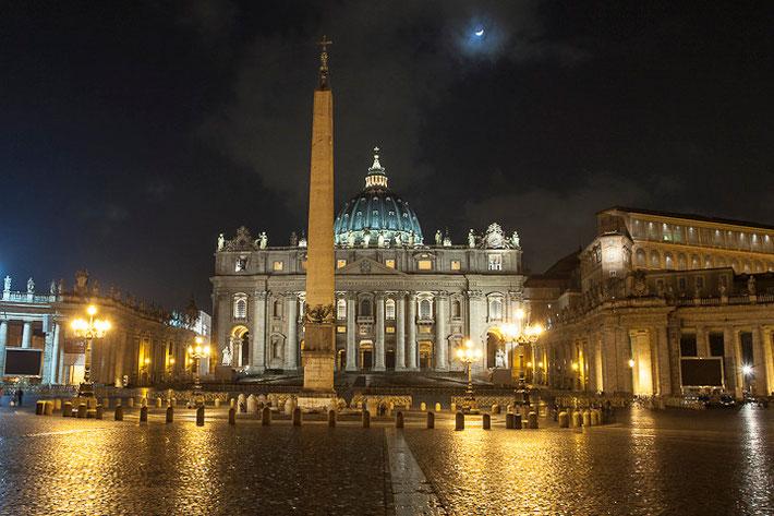 Petersplatz (italienisch Piazza San Pietro) bei Nacht.