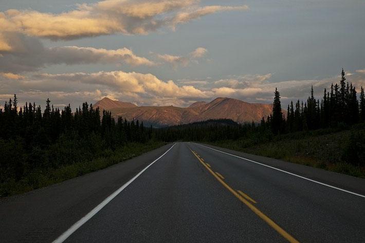Der George Parks Highway unmittelbar vor dem Denali Nationalpark am späten Abend bei Dämmerung.