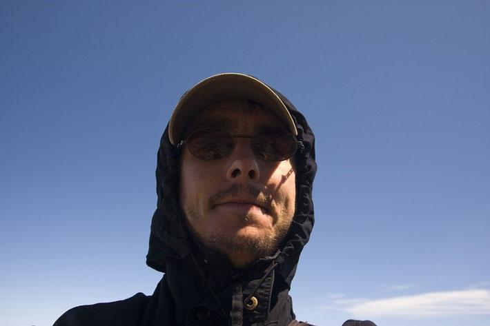 Das sonnige Wetter täuscht. Es war ab 3.000 Metern recht frisch und sehr windig.