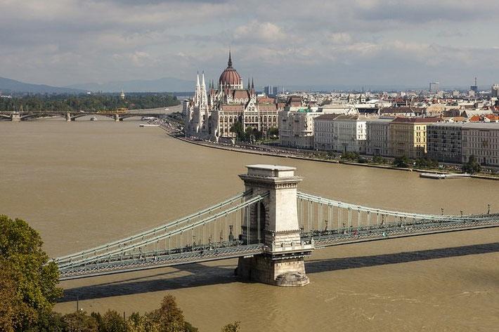 Zwei Wahrzeichen von Budapest: Kettenbrücke und Parlamentsgebäude.