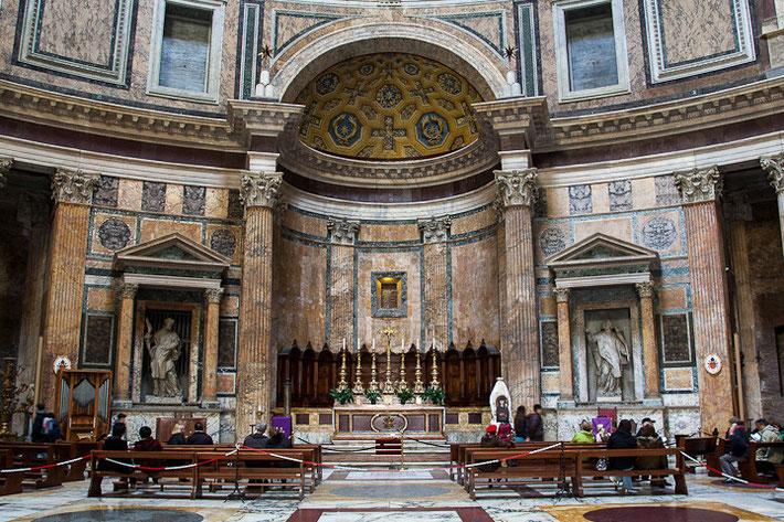 Ab der Renaissance wurde das Pantheon als Grabeskirche verwendet.