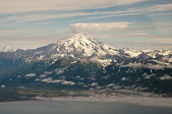 """Der aktive Strato-Vulkan """"Mount Redoubt"""" ist mit 3.108m der höchste Berg der Aleutenkette. Südwestlich von Anchorage in den Chigmit Mountains am Cook Inlet gelegen ist er Teil des Lake Clark Nationalpark."""