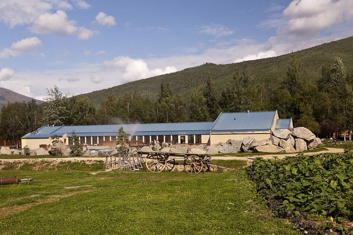 Die heißen Quellen und die Umgebung sind sehr kommerziell aufgebaut.