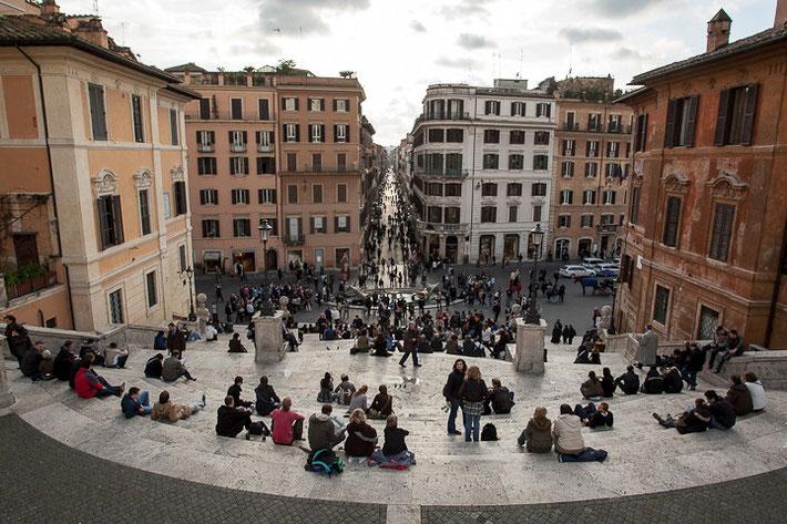Blick von der Spanischen Treppe auf den Piazza di Spagna.