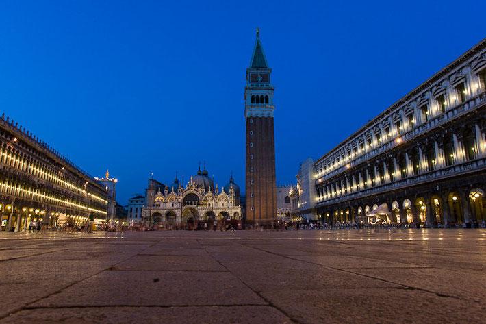Der Markusplatz mit Markusdom und Campanile von San Marco.