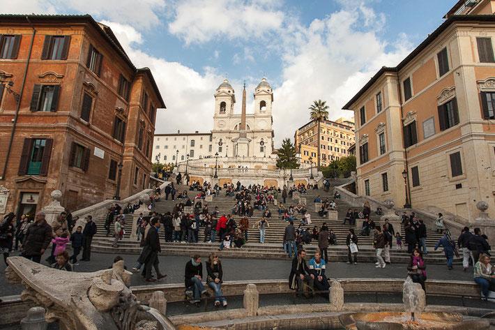 """Spanische Treppe; im Vordergrund der Brunnen """"Fontana della Barcaccia"""""""