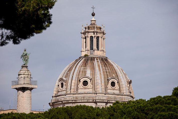 Die Kirche Santissimo Nome di Maria al Foro Traiano links mit der Trajanssäule (Colonna Traiana).