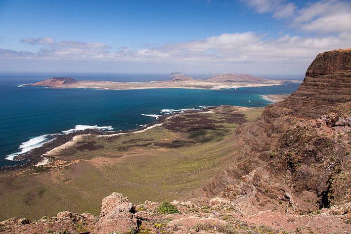 Aussichtspunkt Mirador de Guinate; im Hintergrund ist die Nachbarinsel Isla la Graciosa.