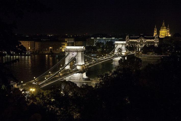 Die Kettenbrücke (ungarisch Széchenyi Lánchíd) wurde in der Zeit von 1839 bis 1849 errichtet.