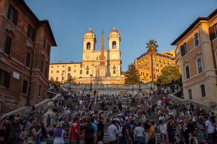 """Spanische Treppe; oben befindet sich die Kirche """"Santa Trinità dei Monti"""". Die Treppe hat insgesamt 138 Stufen."""